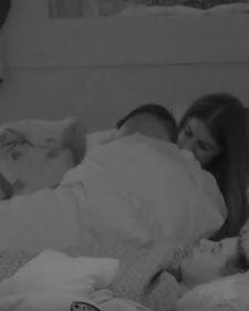 Zadruga 2: Dragana Mitar sve bliskija sa Nenadom! VIDEO U nekim trenucima u rijalitiju Zadruga 2 tokom emisije Pitanja gledalaca , reper je stao u ..